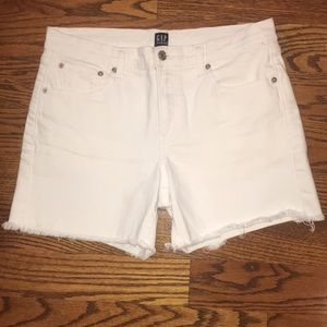 "GAP white Shorts with 5"" frayed hem!"